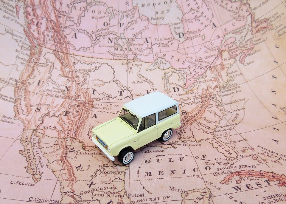 A model of a car on a map of the US.