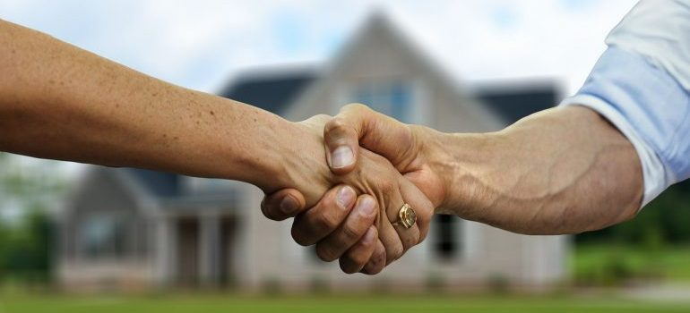 People shaking hands, content to have reliable long distance movers Oklahoma by their side.