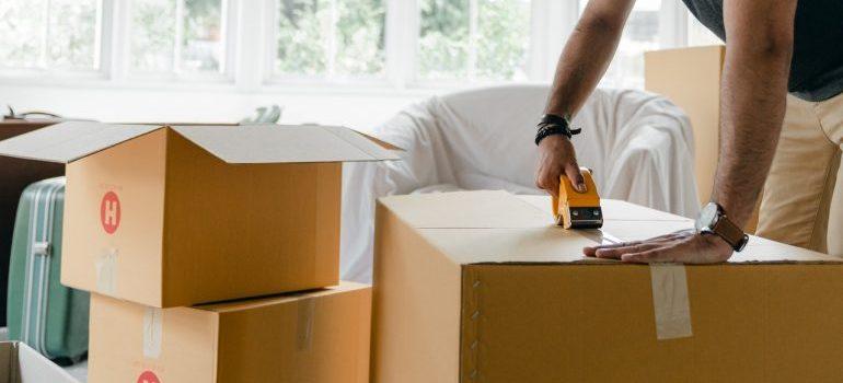 Man taping the box